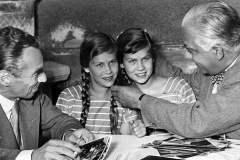 Spisovatel Erich Kästner -vlevo
